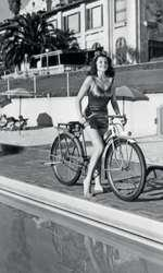 1940 – Rita Hayworth pe marginea piscinei de la Beverly Hills Hotel