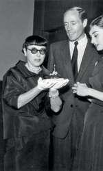 28 octombrie 1955 – Audrey Hepburn și Mel Ferrer alături de designerul de costume Edith Head