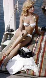 Prod DB © MGM - CIPRA / DR VIE PRIVEE (VIE PRIVEE) de Louis Malle 1961 FRA / ITA avec Brigitte Bardot  maillot de bain, bronzer, fumer, jumelles,  |