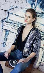 Body purtat ca top Irina Marinescu, 550 lei; jeans Emporio Armani, 1.040 lei; jachea H&M, 199 lei.