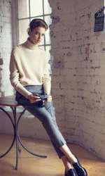 Pulover H&M Studio Collection, 279 lei; pantaloni Valentino, pret la cerere; pantofi Valentino, pret la cerere, bratara Louis Vuitton, 1.400 lei