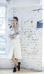 Pulover din angora Ermanno Scervino, pre] la cerere; fust` Irina Marinescu, 640 lei; pantofi Valentino, pret la cerere.