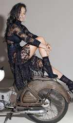 Maletă și fustă din dantelă, ambele din recuzita stilistului; sutien din mătase și slip înalt din mătase, ambele I.D. Sarrieri; sandale din piele velur Guess; cercei metalici și inele metalice, ambele H&M.