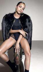 Body din mătase și tul I.D.Sarrieri; haină de blană Elisabetta Franchi, magazin Icon; pantofi din piele velur Why Denis; cercei metalici și inele metalice, ambele H&M.
