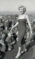Marilyn în timpul vizitei sale în Coreea, unde a susținut un recital pentru soldați