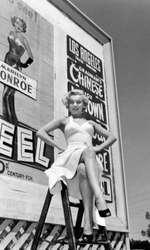 """In celebra rochie albă, pe care creatorul său, William Travilla, avea să o numească mai târziu """"that silly little dress"""". Rochia s-a vândut la licitație cu 4.6 milioane de dolari"""