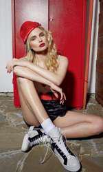 Top Pas du Tout, preț la cerere; pantaloni scurți Diesel, 634 lei, șapcă Adidas by Stella McCartney, magazinul Sport Couture, 132 lei; pantofi sport Musette, 549 lei.