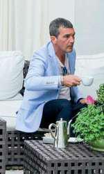 Antonio Banderas, într-o pauză de cafea la terasa hotelului.