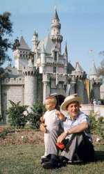 Walt Disney alături de nepotul lui în fața castelului din Regatul magic, Disneyland