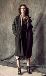 Rochie Zara, 299,90 lei; jachetă Stefanel, 920 lei; palton AFMF, 850 lei; botine H&M, 159 lei.