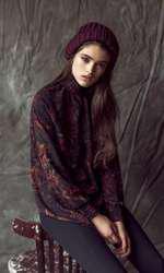 Bluză H&M, 129 lei; pantaloni Stefanel, 550 lei; fes Accessorize, 105 lei.