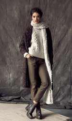 Pulover H&M, 159 lei; jachetă Zara, 299 lei; pantaloni Stefanel, 640 lei; ghete Aldo, 529 lei; fular Accessorize, 154,50 lei.