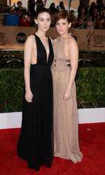 Rooney (rochie Valentino) si Kate Mara