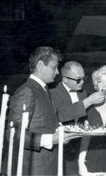 iulie 1958 – Marilyn Monroe la petrecerea organizată în onoarea ei la Beverly Hills Hotel