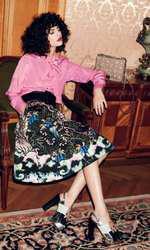 Cămașă Moschino, 1.560 lei; fustă H&M, 159 lei; curea Elisabetta Franchi, magazinul Icon, 325 lei; geantă Lancel, magazinul The Place Concept Store, preț la cerere; sandale Musette, preț în magazin.