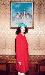 Cămașă DKNY, magazinul Sport Couture, 939 lei; palton Gerard Darel, 1.231,5 lei; cercei H&M, 59,90 lei. Machiaj: Alexandra