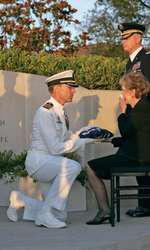 11 iunie 2004 – Nancy Reagan plânge pentru prima dată la înmormântarea soțului ei, când primește drapelul împăturit de la căpitanul James Symonds