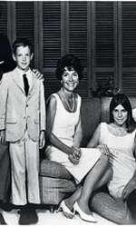 1967 – Nancy și Ronald Reagan alături de copiii lor, Ron Reagan, Junior și Patti Davis