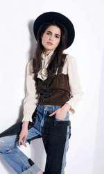 Top, 150 lei; bustieră, 170 lei; ambele Vintage Couture; pălărie recuzita stilistului.
