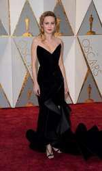 Brie Larson a arătat spectaculos într-o rochie dramatică din catifea neagră semnată Oscar de la Renta, care dezvăluie și acoperă atât cât trebuie.