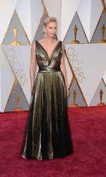 Charlize Theron a optat pentru o rochie Dior din lame auriu care i-a asigurat o apariție apreciată. Decoleteul adânc și crăpătura de pe picior adaugă nota de sunzualitate necesară rochiei plisate.