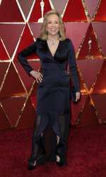 Deși are o siluetă de invidiat, Faye Dunaway a optat pentruu o rochie sacou care a arătat ciudat, începând de la nasturii sacoului și până la terminația cu volănașe din saten.