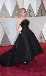 Kristen Dunst a ales o rochie Dior inspirată din epoca de debut a casei de moda și a făcut o alegere bună. Rochia cu decolteul anilor