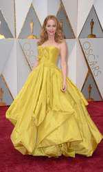 """Leslie Mann a purtat o rochie Zac Posen inspirată parcă din """"Frumoasa și bestia"""". Excesul de material și culoarea muștar a rochiei fac din această apariție una nereusită."""