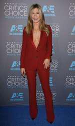O seară cu iubitul la teatru (Jennifer Aniston)