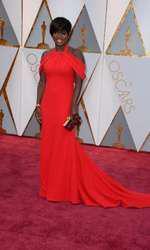 Viola Davis a fost o apariție elegantă într-o rochie Armani ce a lăsat umerii la vedere.