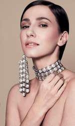 New Glam Look - Cromatica aurie mixată cu texturi lucioase conferă un aer feminin și glamuros. Colier Tria-Alfa