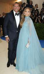 Jennifer Lopez, superbă într-un outfit Valentino, la prima apariție mondenă alături de iubitul ei, Alex Rodriguez.
