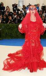 Katy Perry, într-un outfit Maison Margiela.