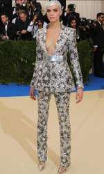Cara Delevingne, într-un costum Chanel cu accente futuriste.