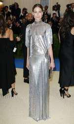 Michelle Monaghan, într-un Paco Rabanne din lame metalic.