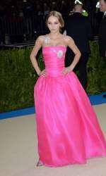 Lily-Rose Depp, într-un outfit Chanel cu aplicații florale delicate.