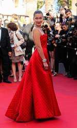 Bella Hadid - Rochie Dior, bijuterii Bulgari