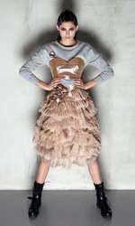 Rochie Loulou, 2.400 lei; bluză Guess, 335 lei; bustieră Loulou, 800 lei; cercei Pink Moss, 175 lei; bocanci Musette, 749 lei.