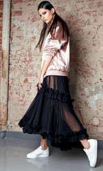 Rochie MLH, 3.090 lei; jartieră Murmur, preț în showroom; bomber din garderoba stilistului; cercei Pink Moss, 400 lei; pantofi sport Adidas (magazinul Sport Couture), 414 lei.