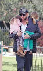 """Superbul actor australian este cunoscut pentru rolul său din filmul """"Thor"""". Acesta este căsătorit cu Elsa Pataky, un model spaniol. Împreună îi au pe Tristan și Sasha, gemeni născuți în 2014. Chris mai are doi frați: Liam și Luke. Din păcate, și ceilalți doi sunt off the market."""