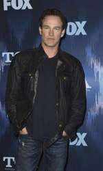 """Moyer (47) este unul dintre actorii principali din serialul HBO """"True Blood"""". Acesta are gemeni împreună cu Anna Paquin, actrița principala din același serial. Cei doi actori au transformat relația din povești într-o relație reală, iar Charlie și Poppy (5) sunt rezultatul iubirii lor."""