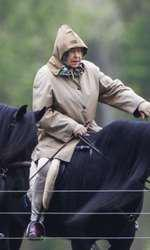 Regina Elisabeta la o plimbare cu poneiul