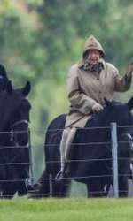 Regina Elisabeta participă la evenimente mondene