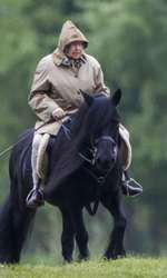 Regina Elisabeta se plimbă în aer liber