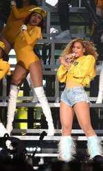 Beyonce, în timpul spectacolului de la Festivalul Coachella.