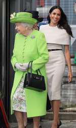 Meghan și Regina se asortează inclusiv din punct de vedere vestimentar.