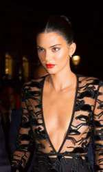 Kendall Jenner, aproape goală pe covorul roșu