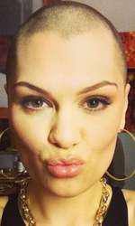 Cântăreaţa Jessie J. s-a ras în cap, IN 2013,  în scop caritabil. Artista  s-a tuns în direct la emisiunea Comic Relief, pentru a încuraja oamenii să doneze bani pentru cauze nobile.
