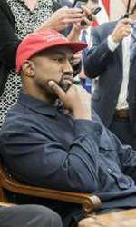 Donald Trump îl îmbrățișează pe Kanye West în Biroul Oval