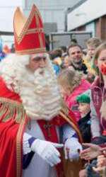 """Moș Crăciunul olandez, numit """"Sinterklaas"""", salută copiii după ce a ajuns cu o barcă în port"""